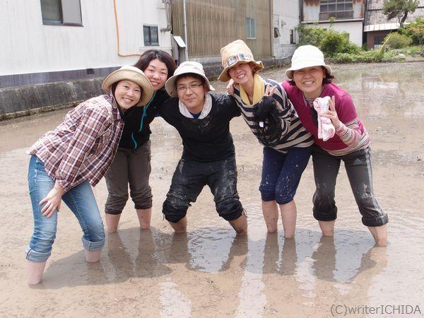 落昇さん(中央)と参加女子で記念写真。